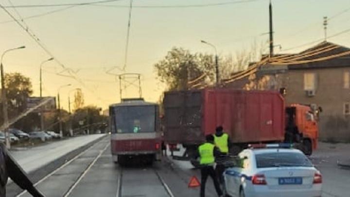 Нежданчик прилетел: в Волгограде из-за ДТП остановлено движение трех трамвайных маршрутов