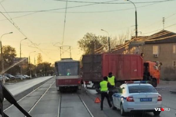 Мусоровоз сумел остановить не только трамваи, но и автомобили