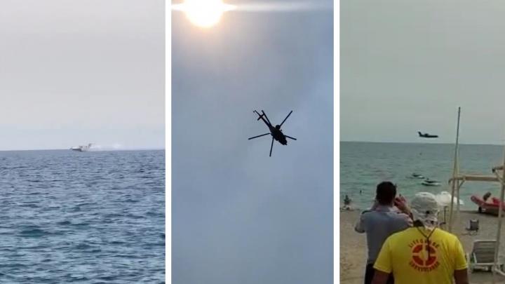 «Над пляжем летают»: уральские туристы сняли, как российские самолеты и вертолеты тушат пожары в Турции