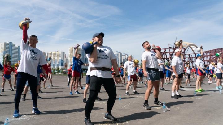В Кемерово установили рекорд России по массовому поднятию гирь: как это было