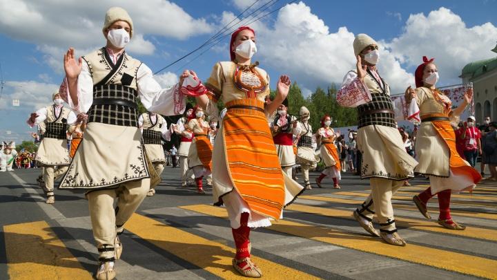 Жара и танцы во время пандемии. Как в Уфе собрали самый большой хоровод в мире