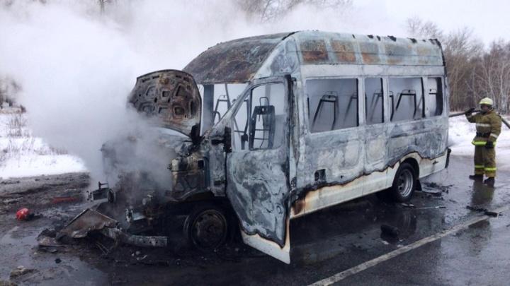 В маршрутке, которая сгорела на трассе под Омском, взорвался баллон