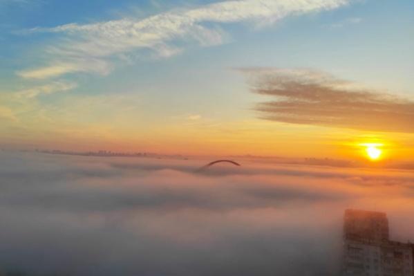 Туман над Бугринским мостом, вид на правый берег