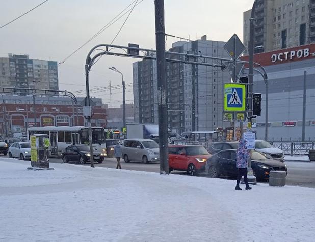 На проспекте Косыгина, перед перекрёстком с Индустриальным проспектом, в крайнем правом ряду «КИА» въехала в «Мазду»
