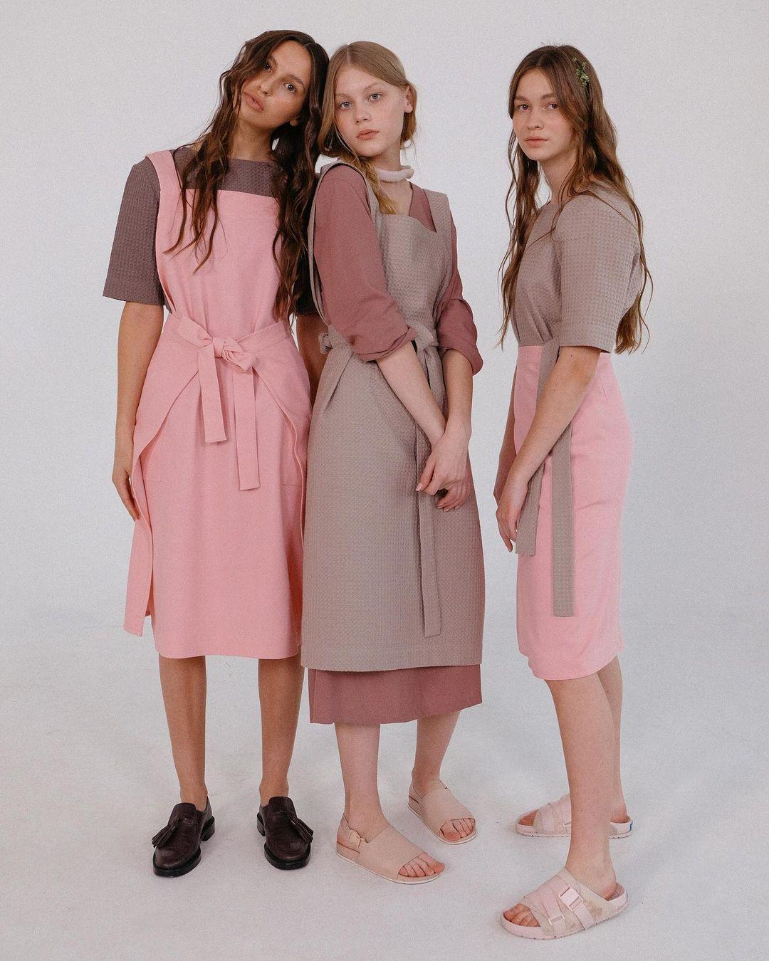 Фартуки носят поверх другой одежды: штанов, футболок и платьев