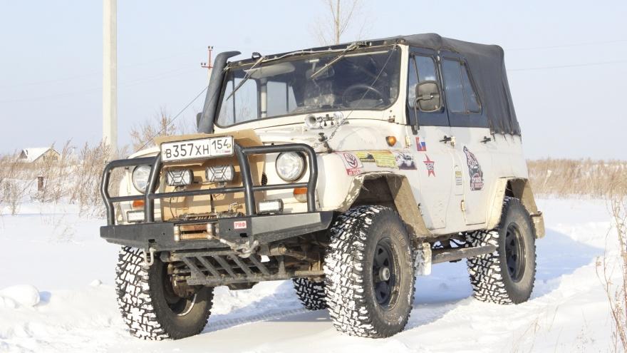 Сибиряк переделал 30-летний УАЗ — огромные колеса и мотор от «буханки». Теперь спасает застрявшие «Крузеры» и «Прадики»