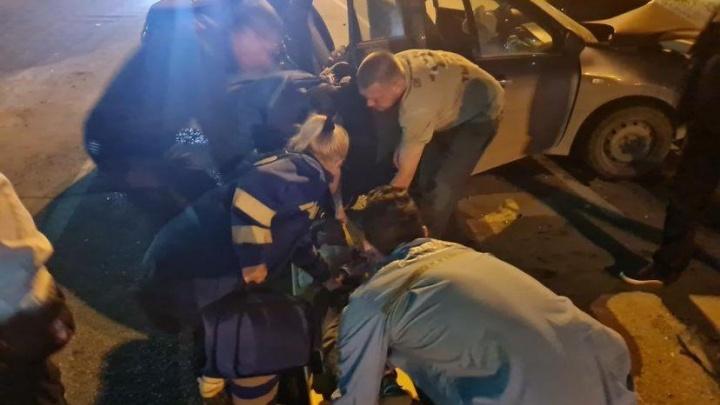 «За жизнь мальчика борются врачи»: екатеринбуржец с ребенком в машине врезался в стоявший на светофоре Lexus