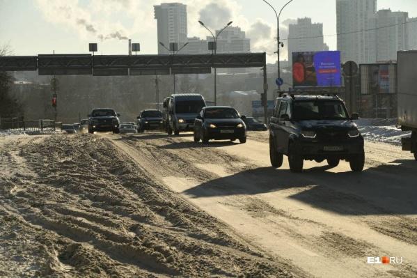 Жители Екатеринбурга жалуются на колеи и накаты на дорогах