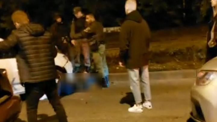 «Тапки слетели, но шевелился под машиной»: в Екатеринбурге сбили пешехода