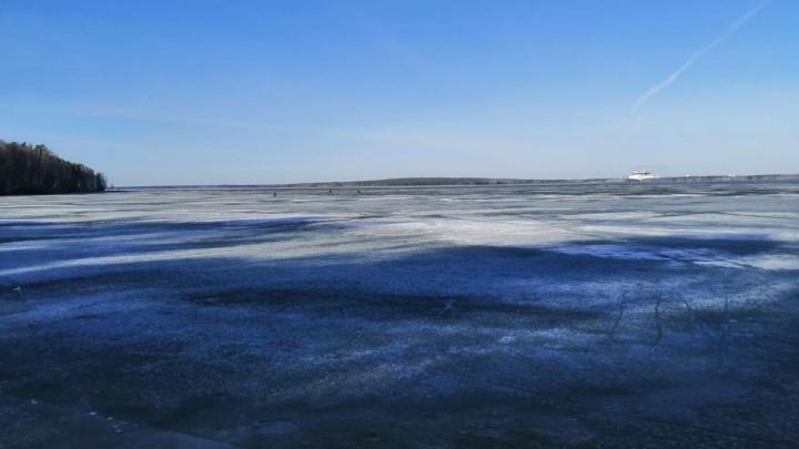 На Белоярском водохранилище десять рыбаков провалились под лед