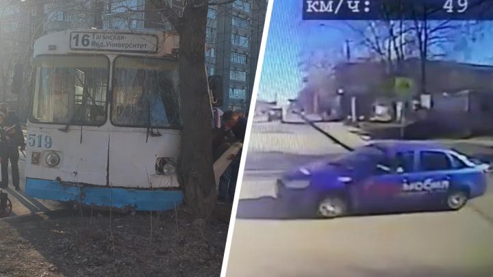 Жесткое столкновение троллейбуса с такси на Эльмаше попало на видео