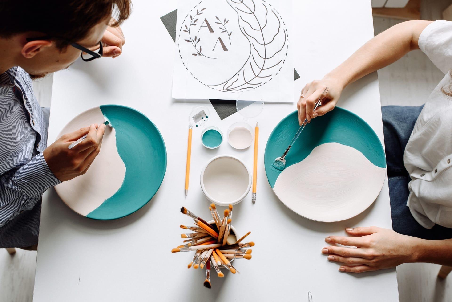 Здесь можно создать почти что угодно: подсвечники, блюдца причудливой формы, чашки и тарелки