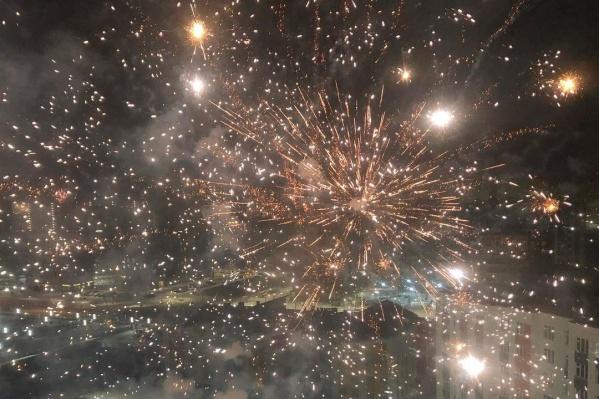 Главная новогодняя традиция последних лет — запуск фейерверков. Это очень зрелищно и весело, правда?