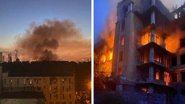 «Дым столбом, перекрытия рушатся»: в Екатеринбурге посреди ночи загорелась легендарная заброшенная больница