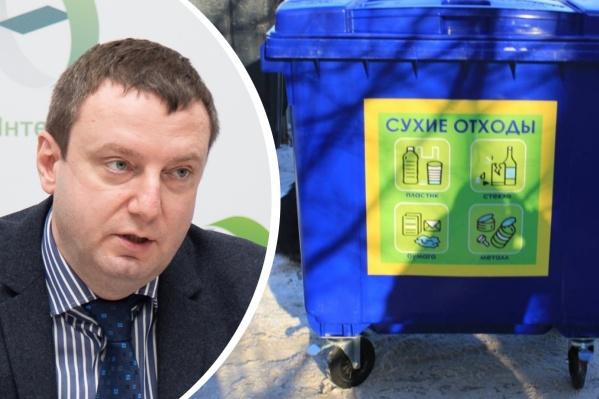 Новые контейнеры — синего цвета, на них — наклейка с информацией о том, что можно туда положить