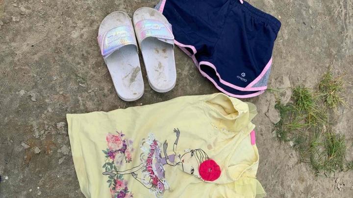 На берегу озера в тюменской деревне обнаружили вещи 5-летней девочки. Никто не знает, что с ребенком