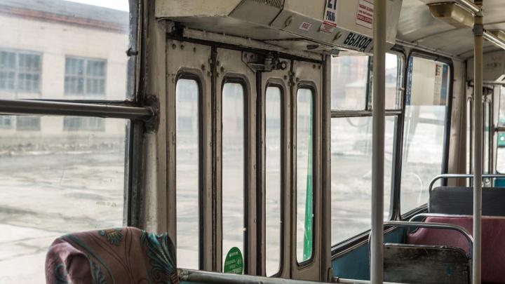Из новосибирских троллейбусов стали исчезать кондукторы — билеты приходится продавать водителям