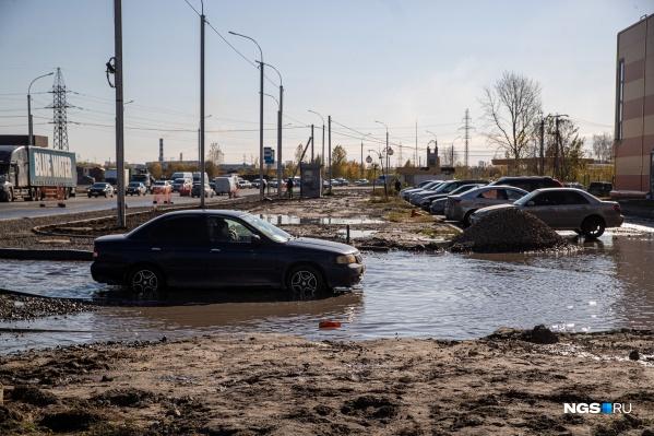 Сейчас на дороге устанавливают дождеприемные решетки