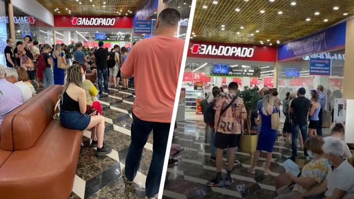 Толпа людей собралась в торговом центре из-за вакцинации от коронавируса — очередь попала на видео
