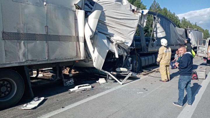 Трубы рассыпались по дороге: на Тюменском тракте столкнулись четыре фуры, в ДТП погиб человек