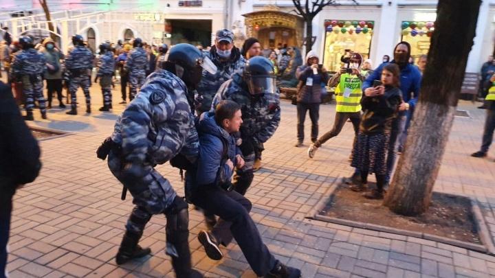 Догонялки с ОМОНом и массовые задержания: главные кадры с протестной акции в центре Ярославля