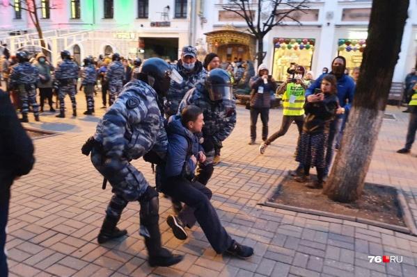 Людей задерживали по всему центру