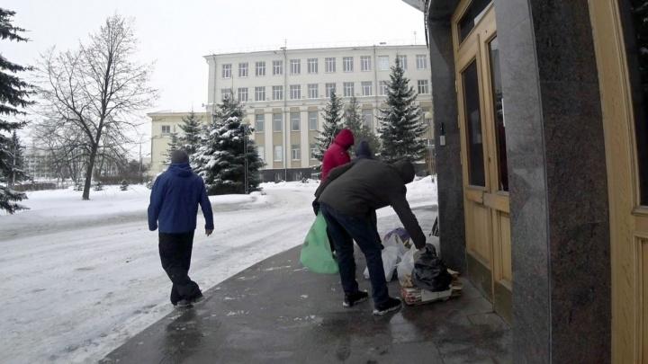 Архангельские активисты сложили отходы у здания правительства области
