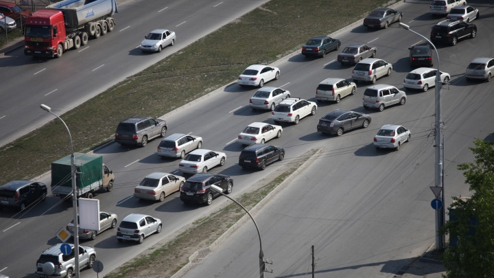 «Всем дачникам привет»: автомобилисты встали в 3-километровую пробку на Гусинобродском шоссе