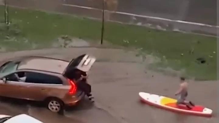 ГИБДД оштрафовала пермяков, которые катались на сапе по затопленной улице Ленина