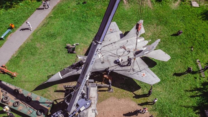 Как в Северодвинске устанавливали новый памятник — реальный истребитель МиГ-29К: кадры с высоты