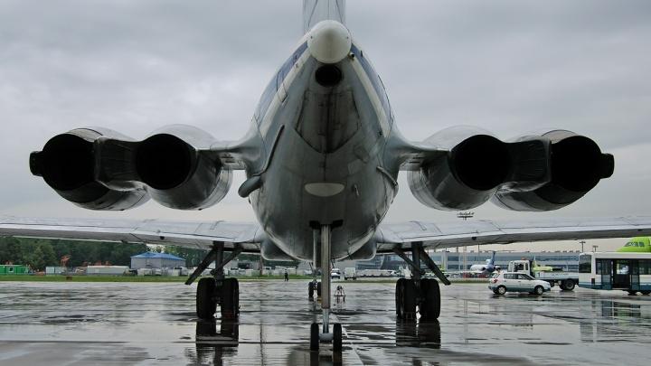 В аэропорту Толмачёво военный самолет задел крылом автобус