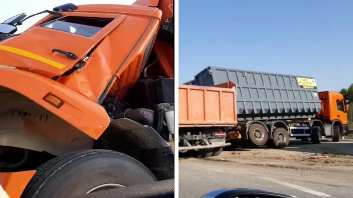 «Жаркая погода расслабляет». Водитель КАМАЗа протаранил фуру Scania, остановившуюся на ЕКАДе