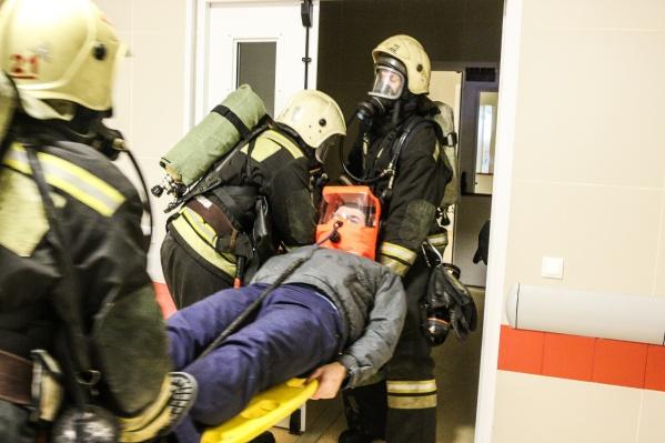 Спасатели вместе с врачами эвакуировали из опасной зоны лежачих больных