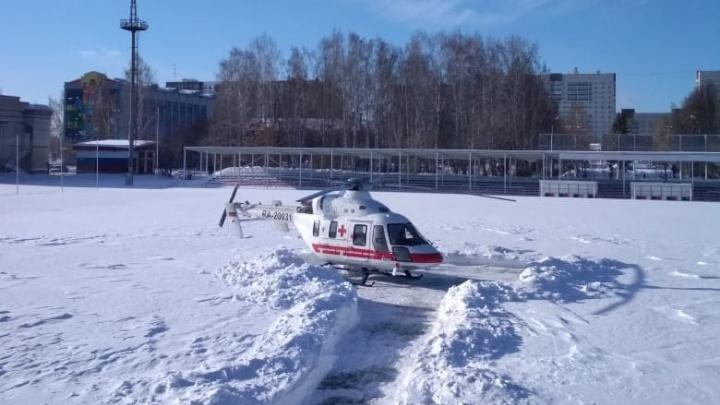 В Березовском вертолет посадили на поле стадиона