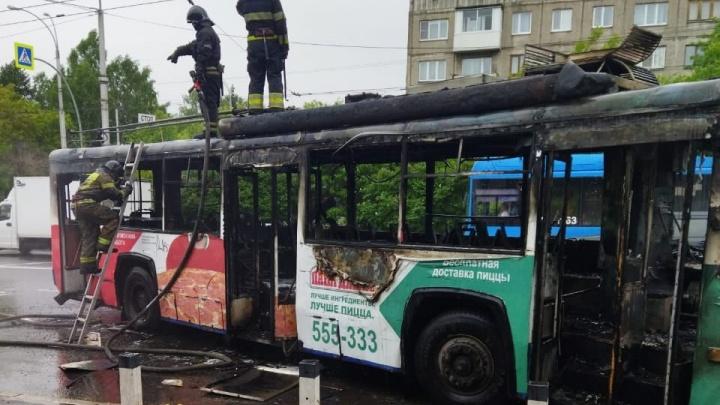 В Кемерово на остановке загорелся троллейбус. Следком и прокуратура начали проверку
