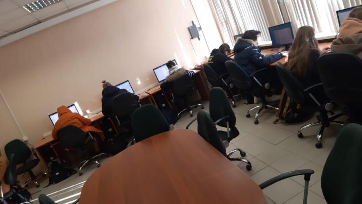 Температура не превышает десяти градусов: в СУНЦе школьники вынуждены учиться в куртках