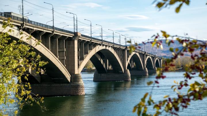 Спасатели сняли с Коммунального моста мужчину, который пытался прыгнуть в Енисей