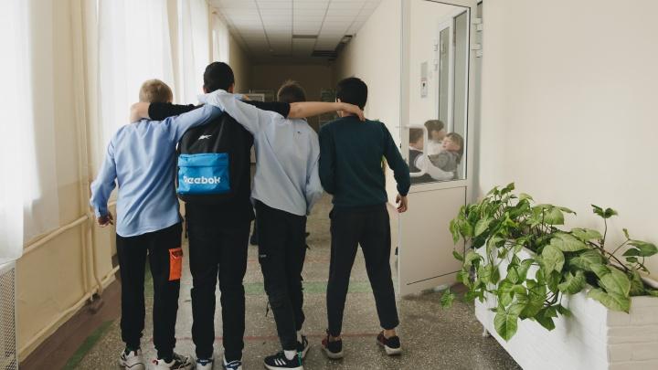 В Челябинске школьники стали возвращаться с карантина на учебу