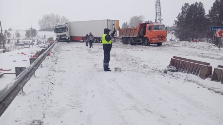 Пробка на восемь километров. Фура перекрыла трассу Екатеринбург — Тюмень