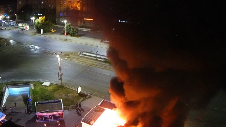 В Челябинске сгорели киоски на Теплотехе, пожар попал на видео