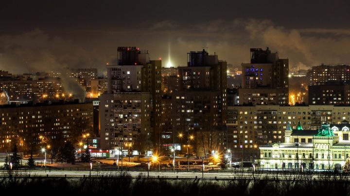 Любуемся морозными световыми столбами в Нижнем Новгороде