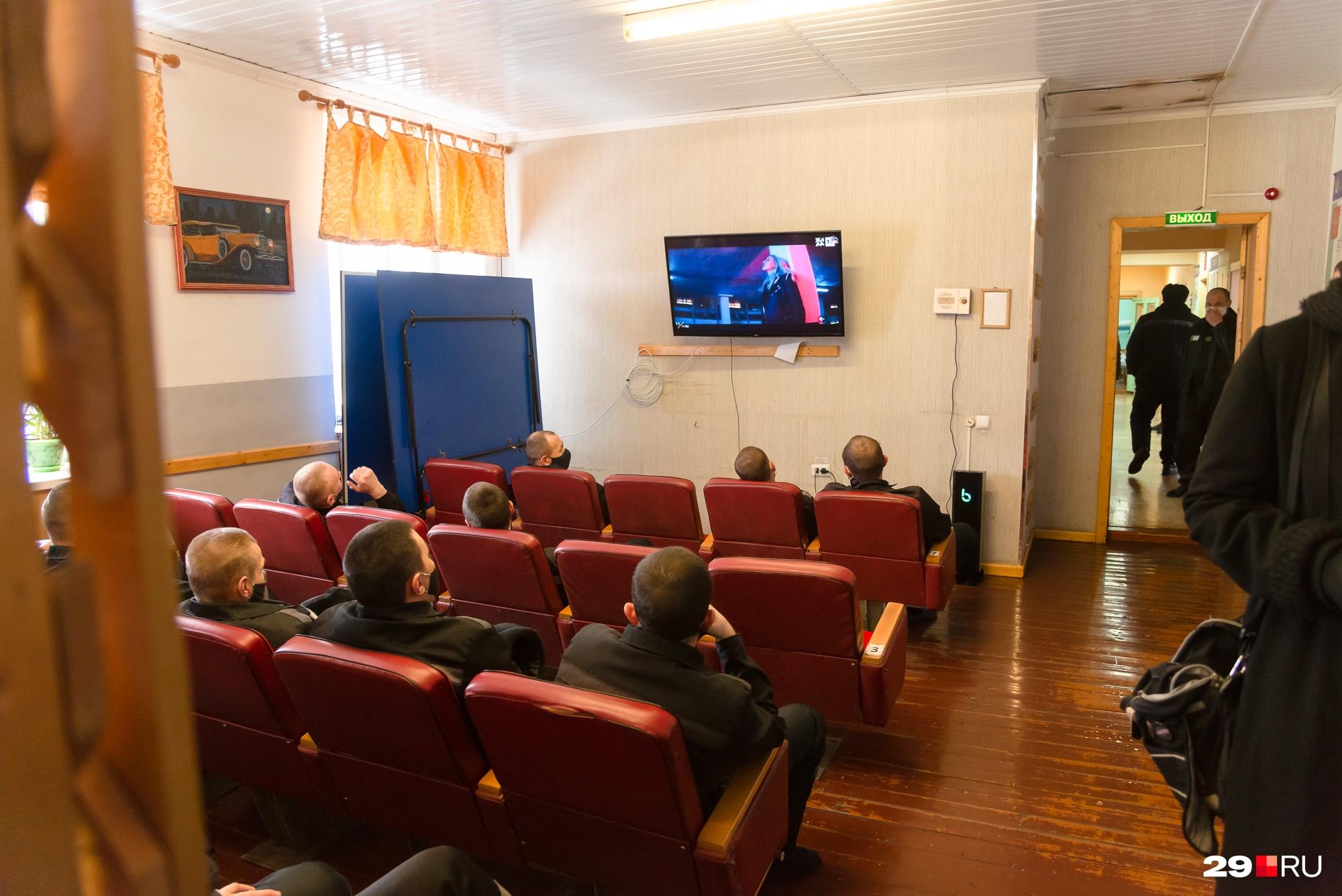 Доступа к Интернету у Ефимова нет. Только телевизор с сортировкой каналов: никакого насилия, в том числе в кино.