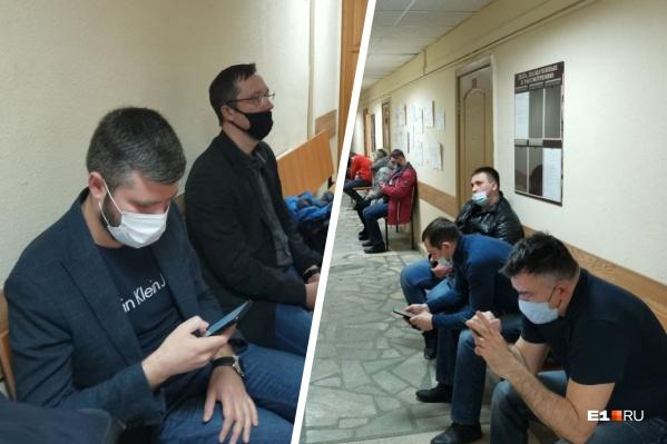 Владимир Хвалько с адвокатом во время перерыва предпочли сесть в стороне от потерпевших и никак с ними не общаться