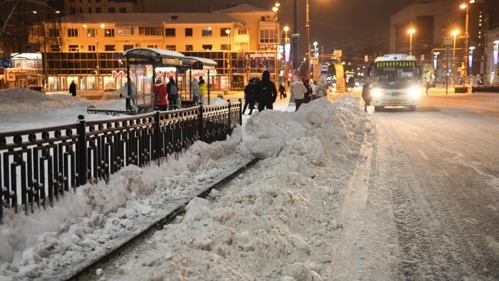 «Сначала убирают снег у зданий чиновников». Эксперт объяснил, почему Екатеринбург так плохо чистят