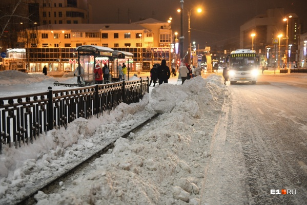 Чтобы пройти от остановки к автобусу, екатеринбуржцы преодолевают снежные кучи