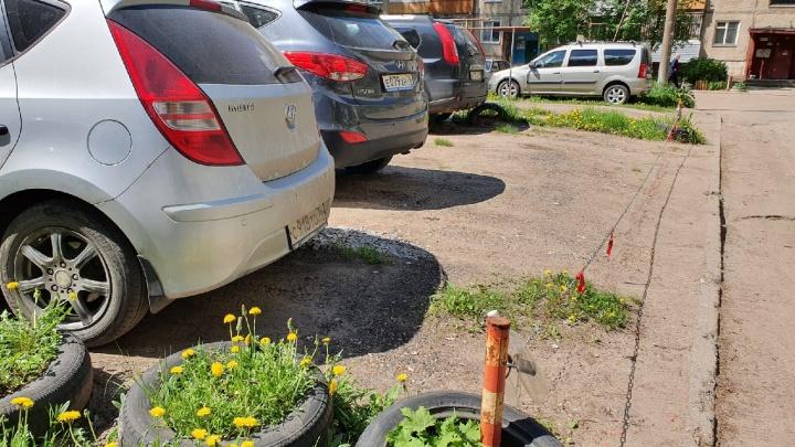 «Им все должны»: ярославцы поспорили из-за машин во дворах