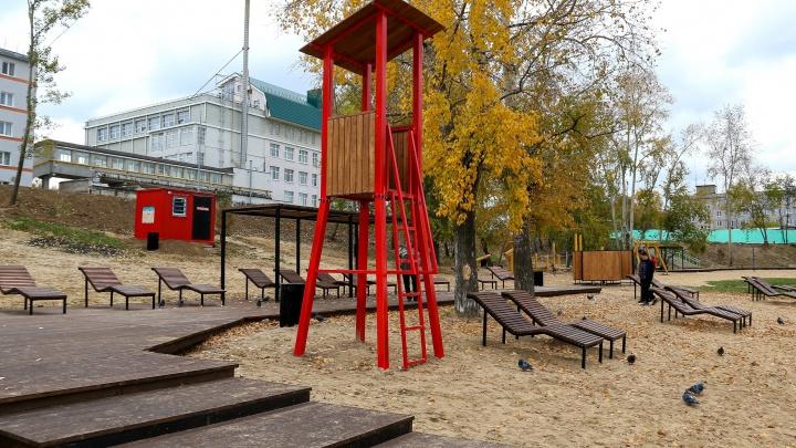 Троллей на берегу, шезлонги и детские площадки. Чем заняться на новом пляже на Силикатном озере
