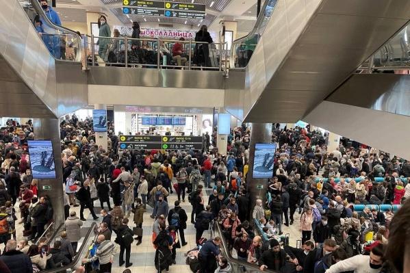 Сотни пассажиров ожидали вылета в течение нескольких часов