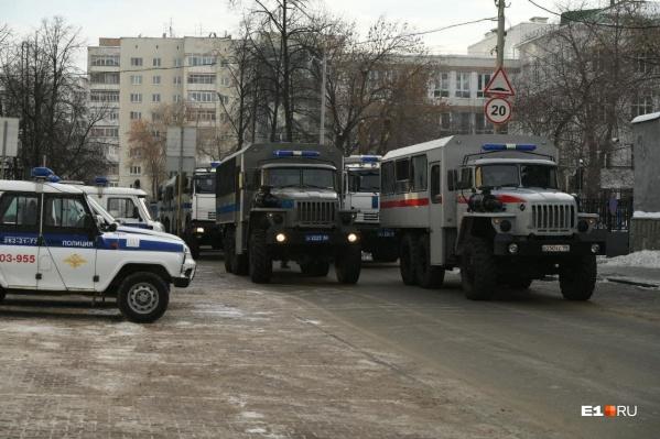Спецмашины возле здания областной прокуратуры