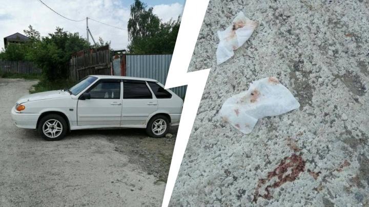 «В машине пятна крови». На заднем сиденье автомобиля в Екатеринбурге нашли труп парня